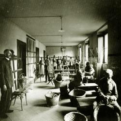 schwarz weiß Bild Raum in denen Personen am arbeiten sind